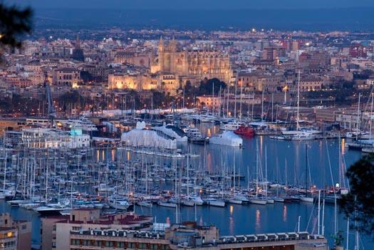 Charter Balearen: Im Hafen von Palma liegen Hunderte von Yachten