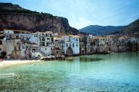 Yachtcharter Sizilien: Cefalu - malerische Häuser und sanfte Hügel