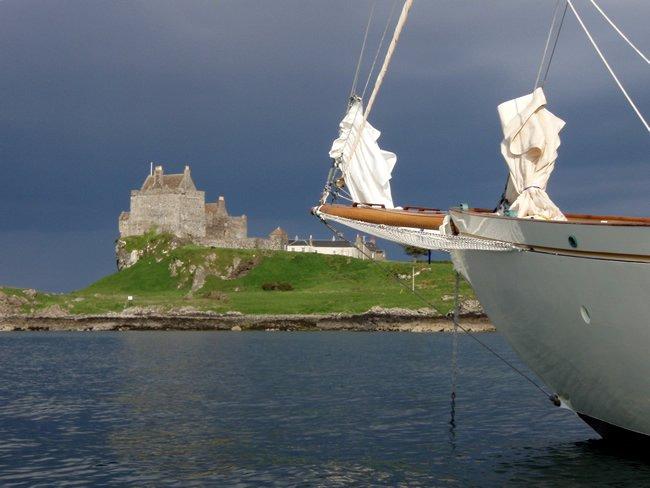 Schottland Charter: Grandiose Landschaft mit dunklen Wolken, einem Schloss, moosgrüne Hügel...