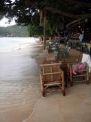 Yachtcharter Thailand: Füße im Sand im Strandrestaurant